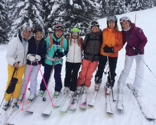 happy-women-mountains-femmes-ski-montagne-clusaz-copines-nature-skieuses