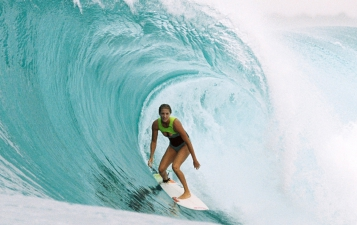 happy-women-in-the-mountains-athlète-femme-championne-surf-roxy