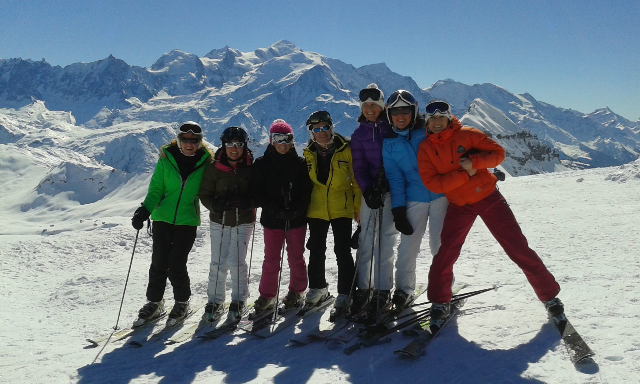 happy-women-mountains-randonnée-amies