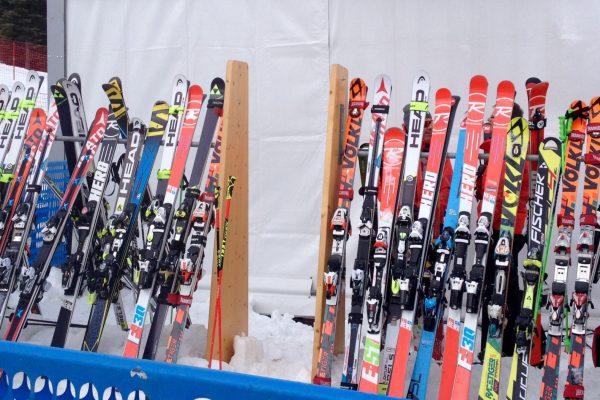 happy-women-mountains-montages-femmes-skieuses-ski-alpin-compétition