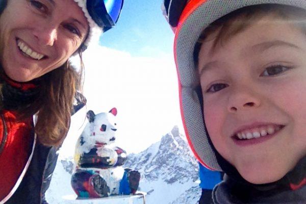 happy-women-mountains-montages-femmes-ski-famille