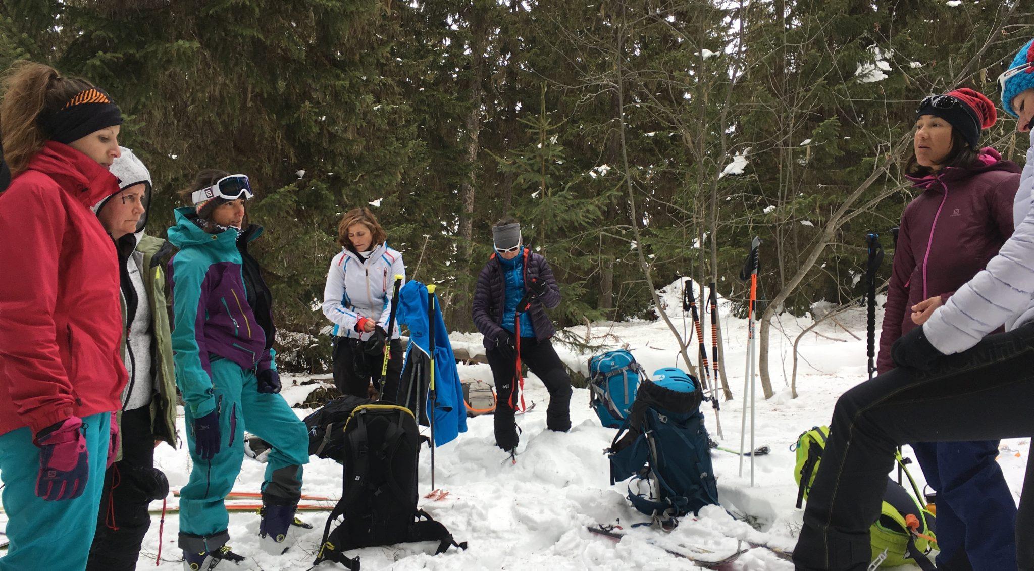 happy-women-mountains-montangne-neige-les-arcs