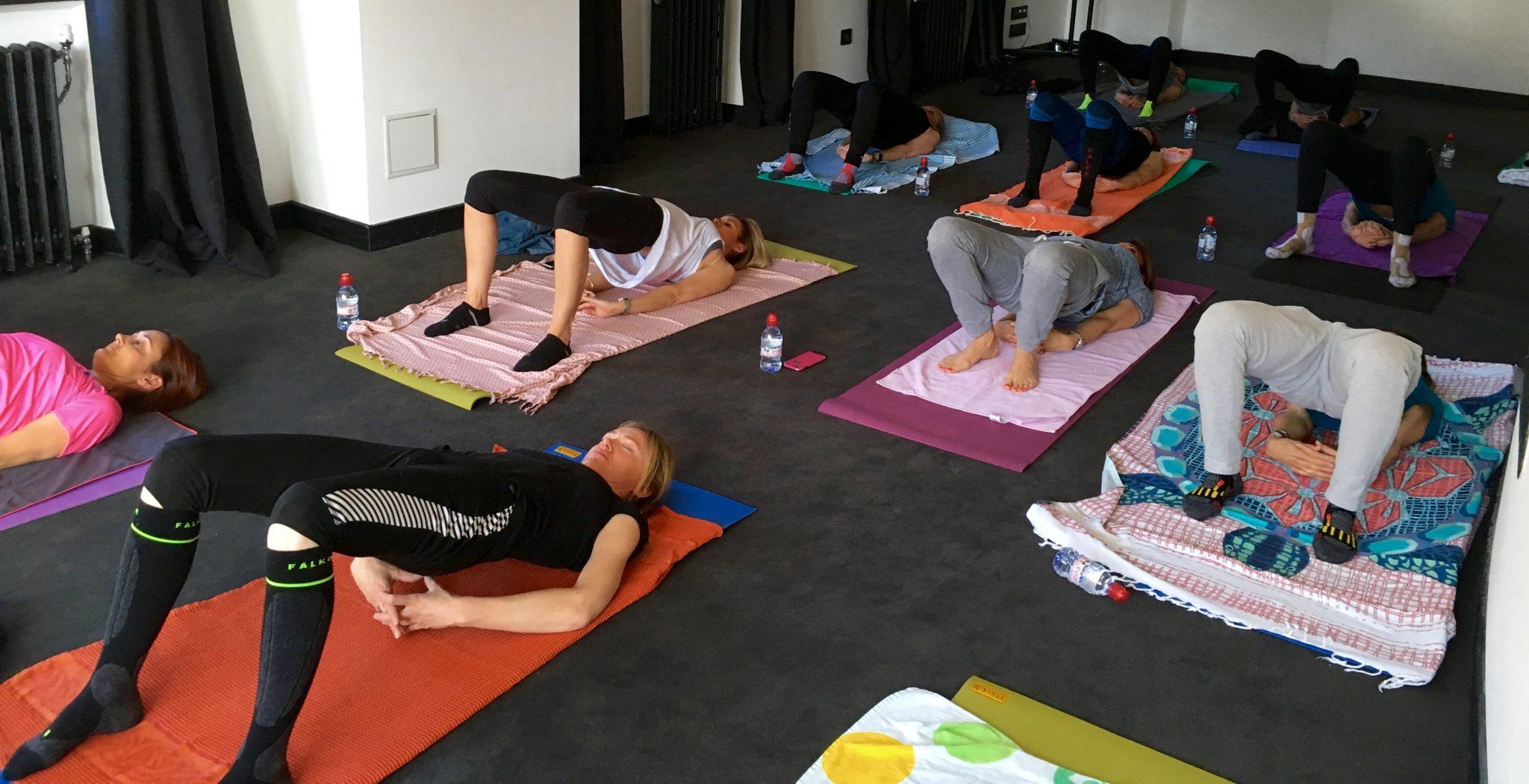 groupe-skieuses-journée-femme-yoga