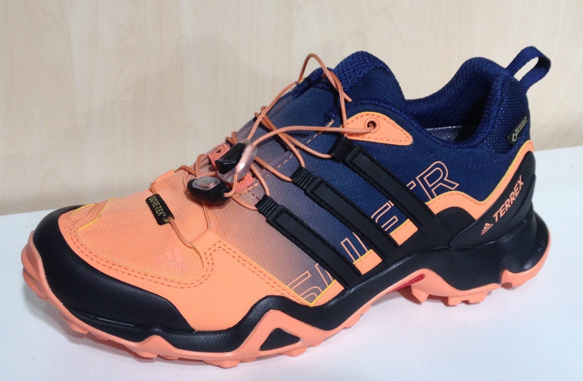 happy-women-mountain-sport-femme-plaisir-sport-randonnee-accessoires-equipement-chaussures-randonnee-montagne