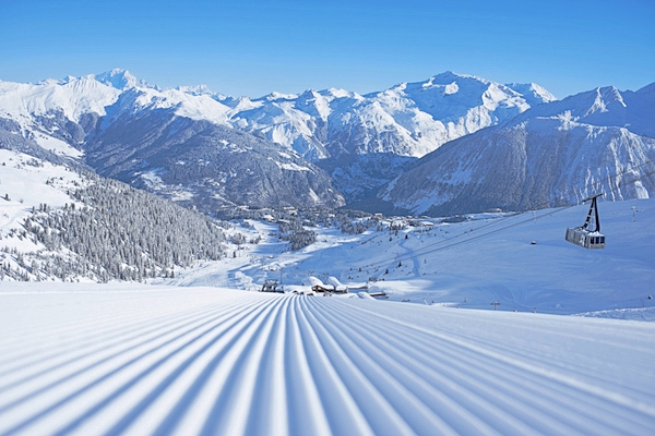 premieres-traces-first-track-ouverture-pistes-femmes-skieuses-ski-montagne-trois-vallees