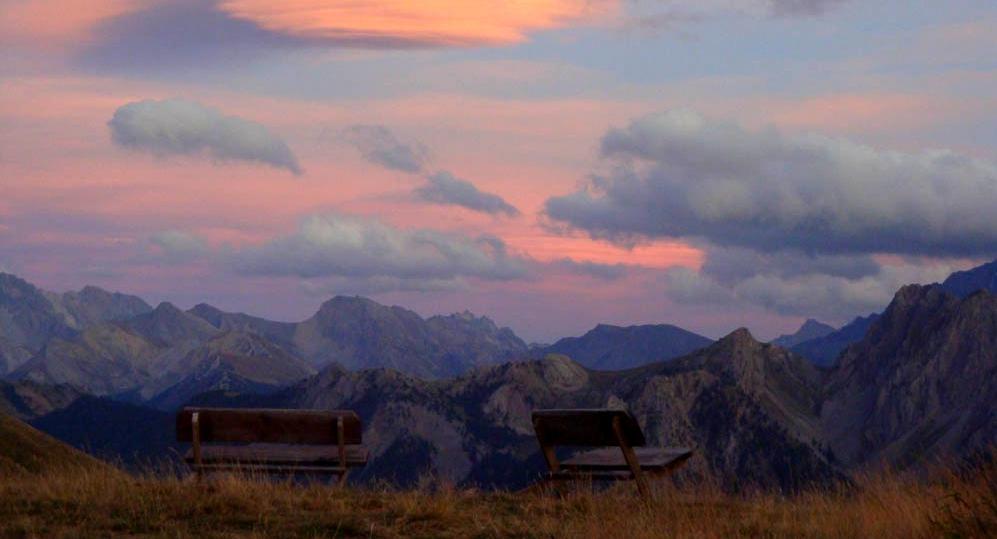 femmes-montagne-ete-detente-randonnee-bien_etre-decouverte-hautes-alpes-faune-flore-alpage-prairies-chalets-crepuscule