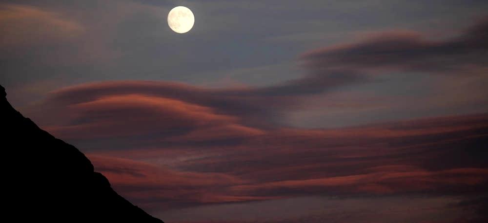 femmes-montagne-ete-detente-randonnee-bien_etre-decouverte-hautes-alpes-faune-flore-alpage-prairies-chalets-crepuscule-lune